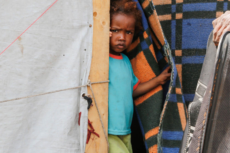 Un bambino nel campo per sfollati di Tharawan, periferia della capitale yemenita Sana'a. Sono 2,8 milioni gli sfollati a causa del conflitto in corso in Yemen - ©UNICEF/UN028049/Fuad