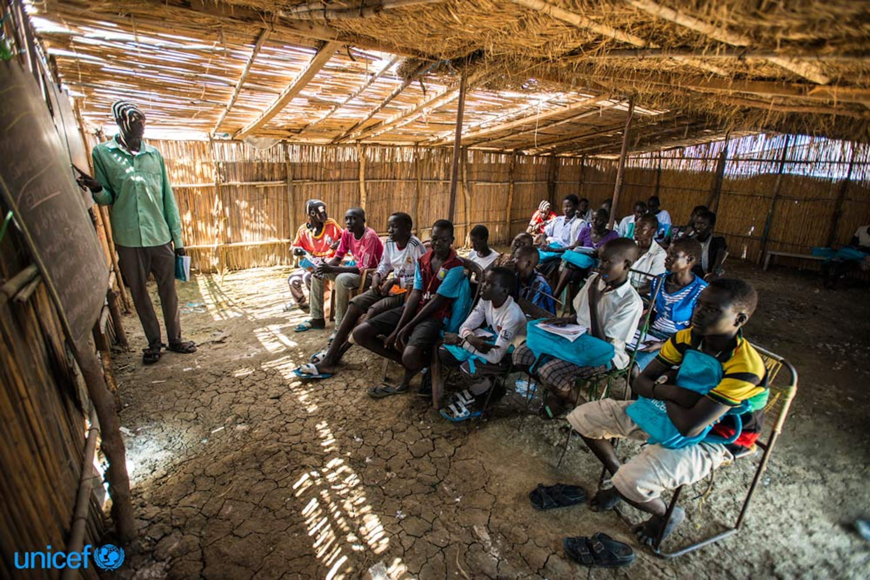 Sud Sudan - alcuni studenti seguono in classe una lezione nella scuola del sito di protezione per i civili     © UNICEF/UN019052/Rich