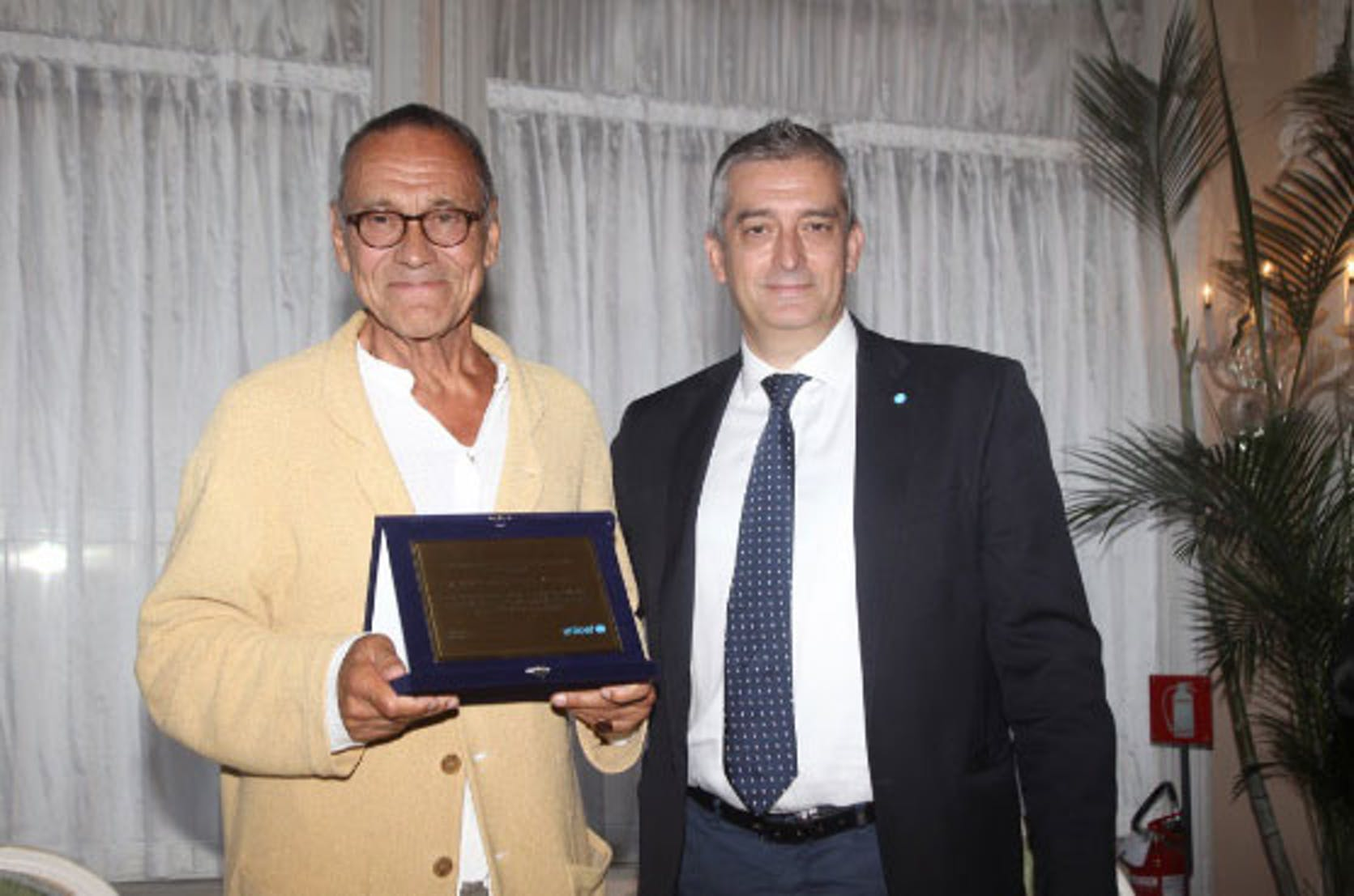 Il regista Andrej Konchalovsky (a sin.) riceve il riconoscimento dal direttore generale dell'UNICEF Italia Paolo Rozera