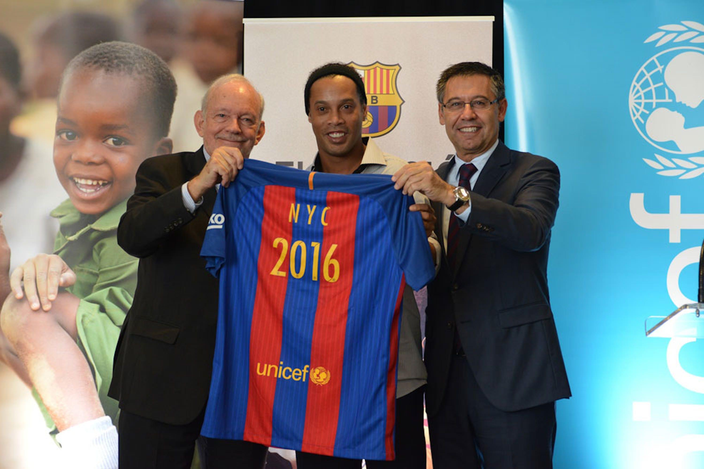 Da sin.: Anthony Lake (direttore UNICEF), il celebre calciatore brasiliano Ronaldinho e Josep Maria Bartemeu (presidente del Barcellona FC) - ©UNICEF/UN031454/Nesbitt