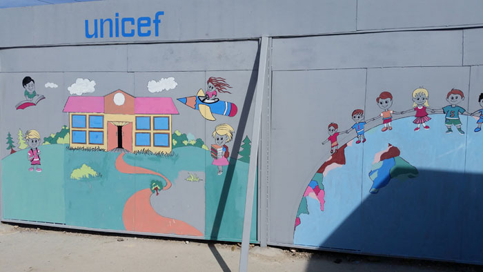 La barriera metallica di protezione per la scuola femminile 1070 di Aleppo, ribattezzata Muro della Speranza - ©UNICEF/Basma Ourfali