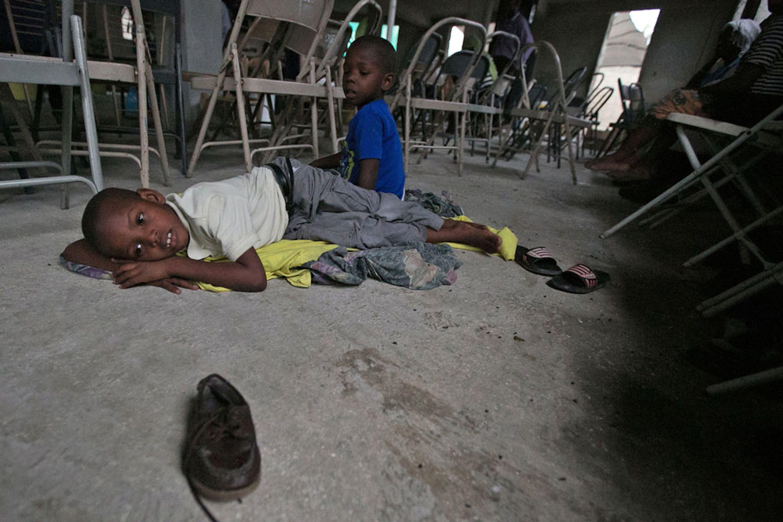 Due fratellini attendono il passaggio dell'uragano in una chiesa di Croix des Bousquets, un sobborgo di Port-au-Prince, capitale di Haiti - ©UNICEF/UN034437/Khodabande