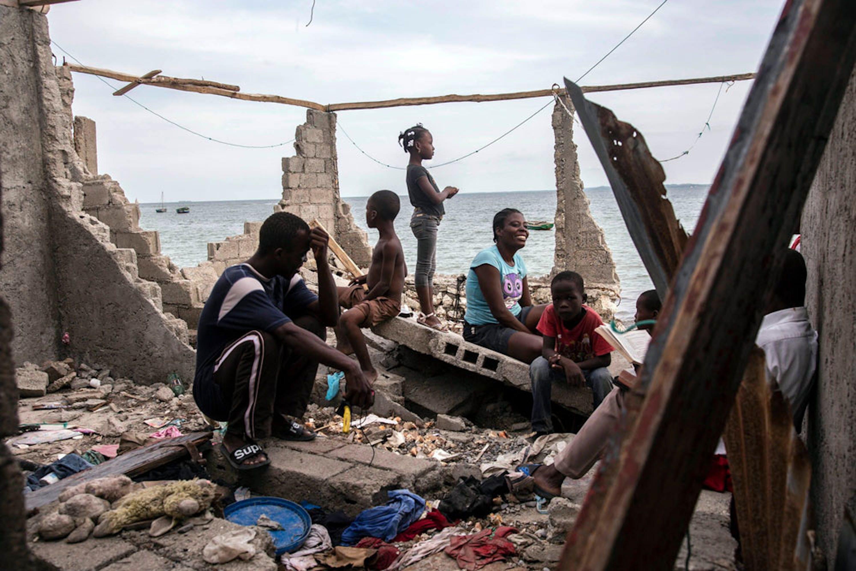 César, Eminiemme e i loro bambini fra le rovine di La Savane, sobborgo della città di Les Cayes, la città più colpita dall'uragano Matthew ad Haiti - ©UNICEF/UN035145/LeMoyne