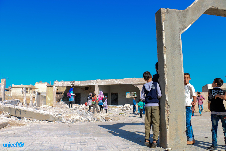 Alcuni bambini davanto la loro scuola danneggiata dai bombardamenti ©UNICEF/ Syria 2016/ Homs/ Wardeh