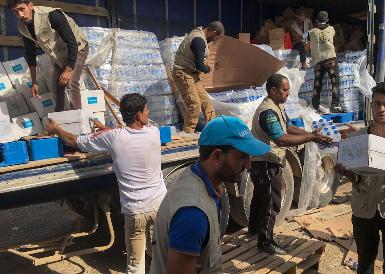 Un camion dell'UNICEF scarica grandi quantitativi di acqua potabile a Al Houd, villaggio nei pressi di Mosul (Iraq) - ©UNICEF/UN036545/Behn