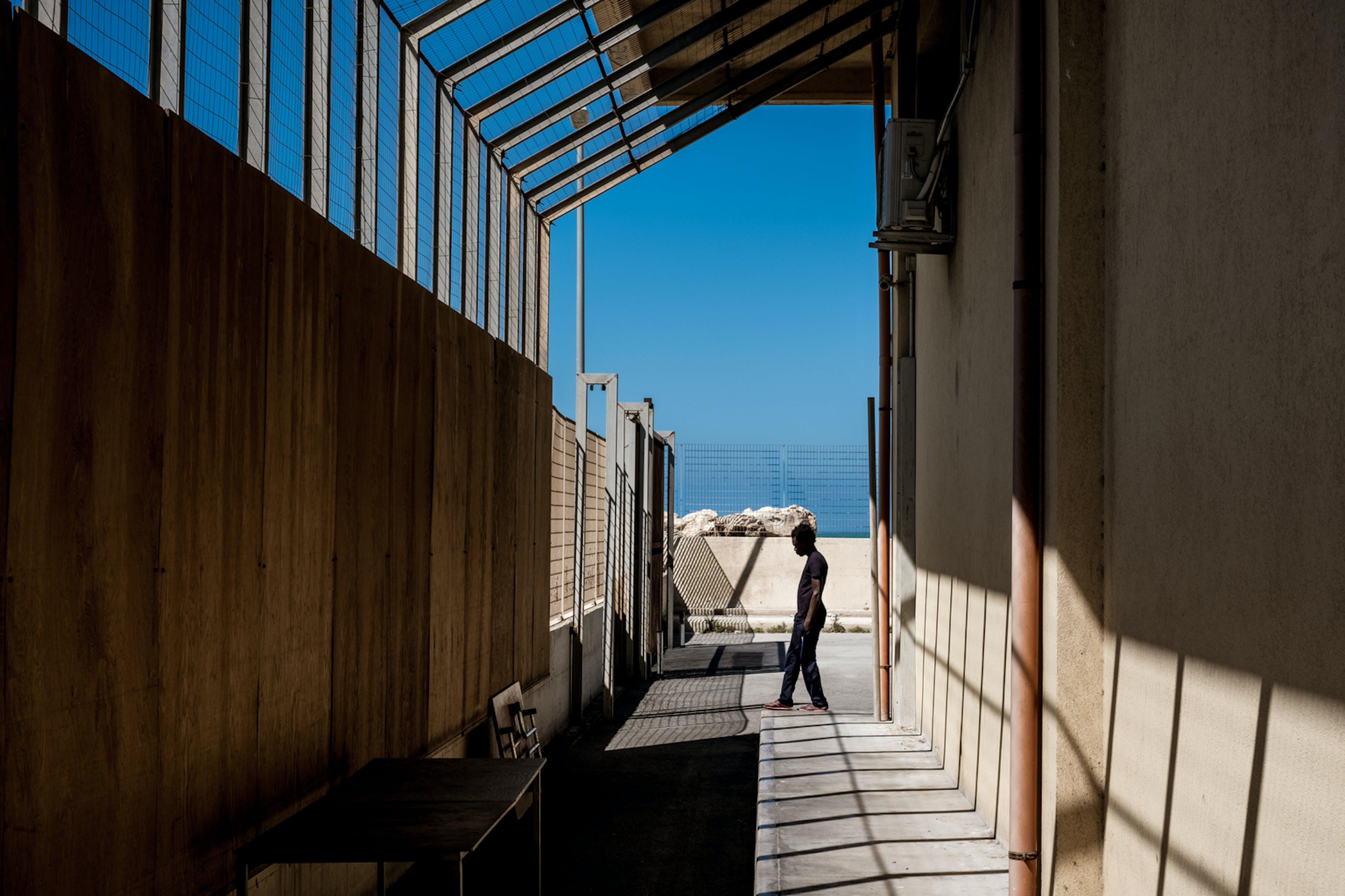 Un minorenne nello hotspot di Pozzallo (RG), in Sicilia. I minori spesso trascorrono in questa struttura molto più tempo dei 3 giorni massimi previsti dalla normativa vigente - ©UNICEF/UN020008/Gilbertson VII Photo