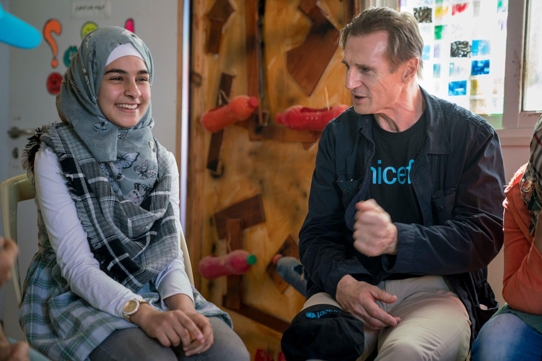 Liam Neeson con una giovane rapper siriana nel campo profughi di Za'atari (Giordania) - ©UNICEF/UN038477/Herwig