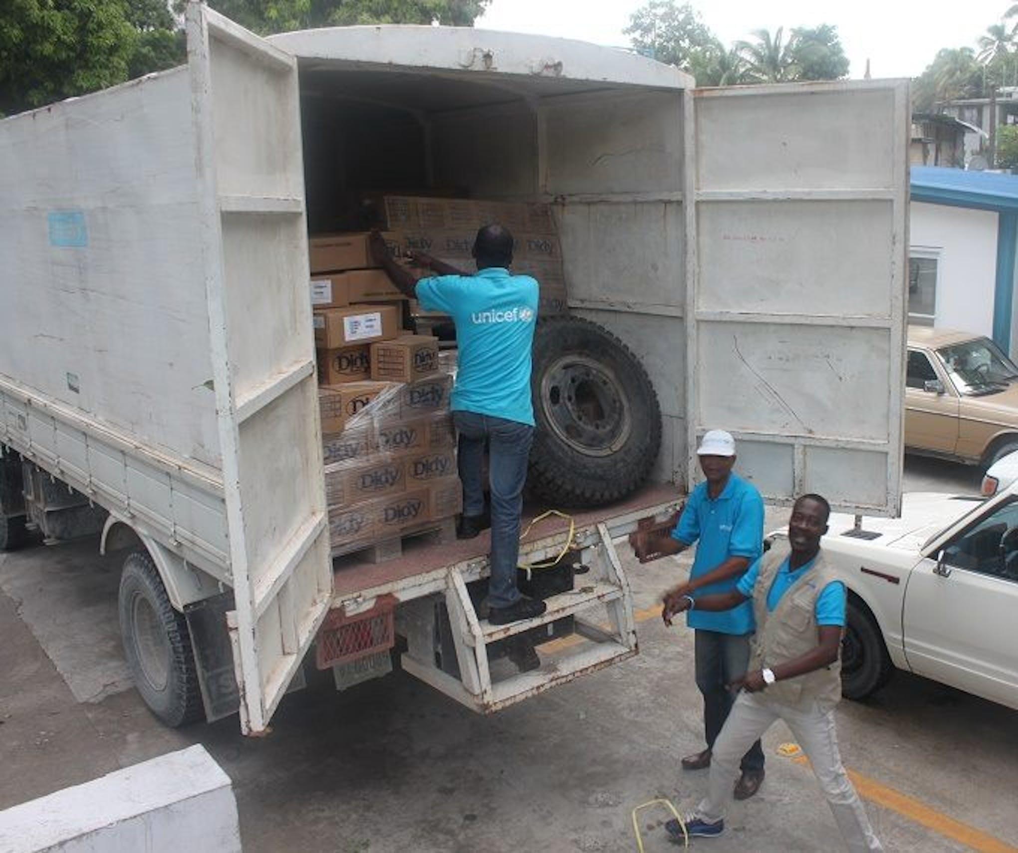 Un camion di aiuti umanitari dell'UNICEF viene caricato prima della partenza verso la regione meridionale di Haiti - ©UNICEF Haiti/2016