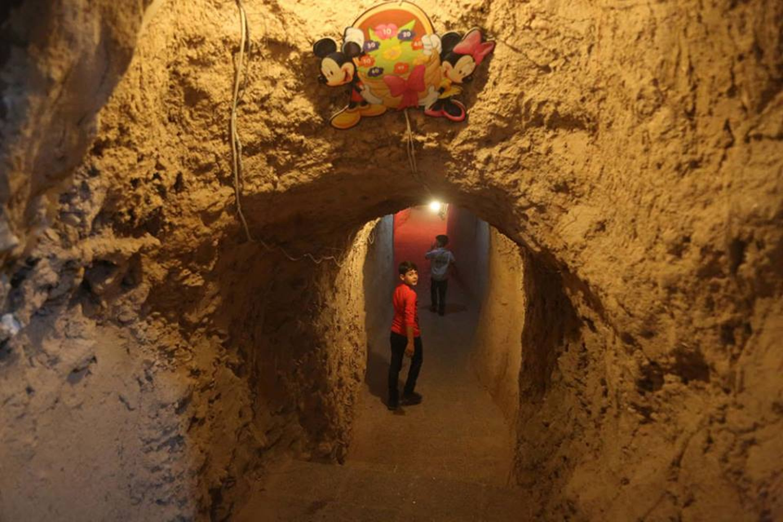 Abdulaziz, 10 anni, raggiunge il parco giochi sotterraneo scavato sotto i palazzi della sua città, in Siria - ©UNICEF/UN041513/Alshami