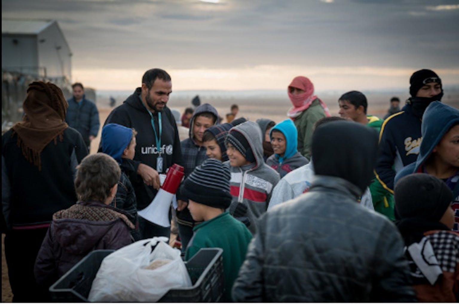 Un operatore UNICEF durante la distribuzione di kit per l'inverno alle famiglie siriane profughe in Giordania - ©UNICEF Giordania/2016