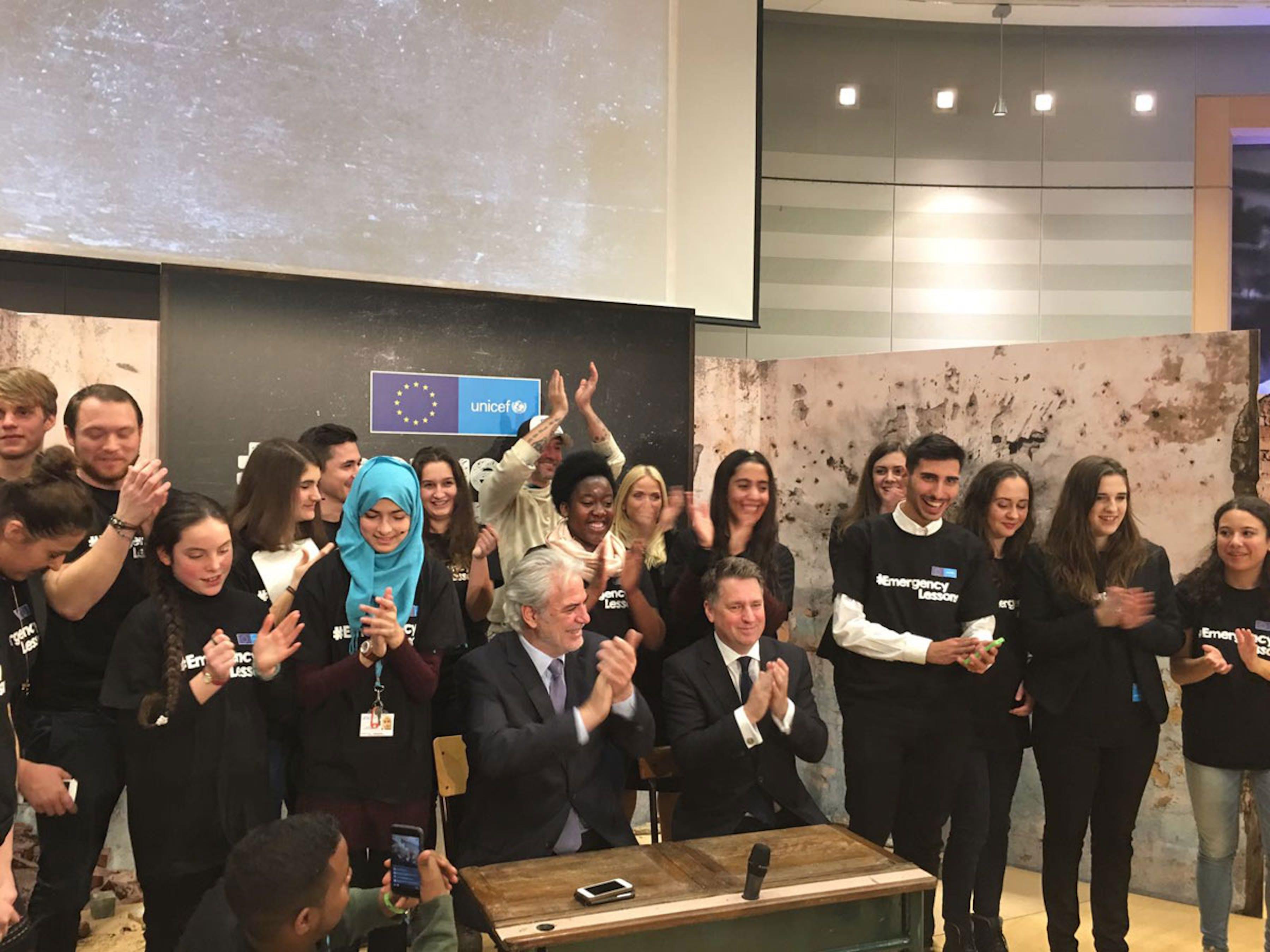 I giovani delegati (fra cui 4 ragazzi italiani) all'evento conclusivo della campagna UNICEF-UE #EmergencyLessons presso la sede del Parlamento Europeo a Bruxelles - ©UNICEF Italia/2016/A.Polidori