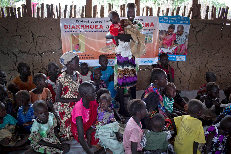 Madri e bambini in un ambulatorio nello Stato di Unity (Sud Sudan) per una sessione di controllo dello stato nutrizionale organizzato dall'UNICEF - ©UNICEF/UN043945/Holt