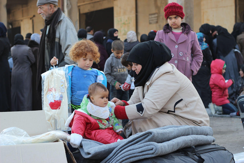 Hala (3 mesi) è fra i bambini che sono riusciti ad abbandonare in questi giorni Aleppo Est. L'UNICEF consegna a tutte le famiglie sfollate indumenti pesanti per affrontare le rigide temperature invernali - ©UNICEF Siria/2016/Al-Issa