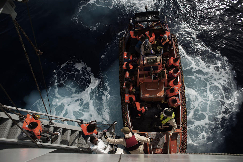 Il salvataggio di un gommone di migranti ad opera delle unità navali italiane al largo della Sicilia - ©UNICEF/ROA151017810/Alessio Romenzi
