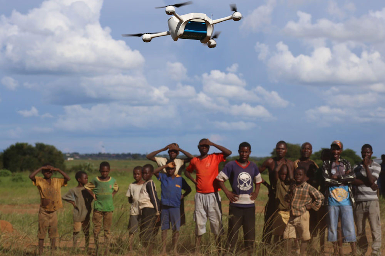 Un gruppo di bambini assiste divertito al passaggio di un drone in fase di test nei dintorni di Llilongwe, capitale del Malawi - ©UNICEF/UN013394/Khonje