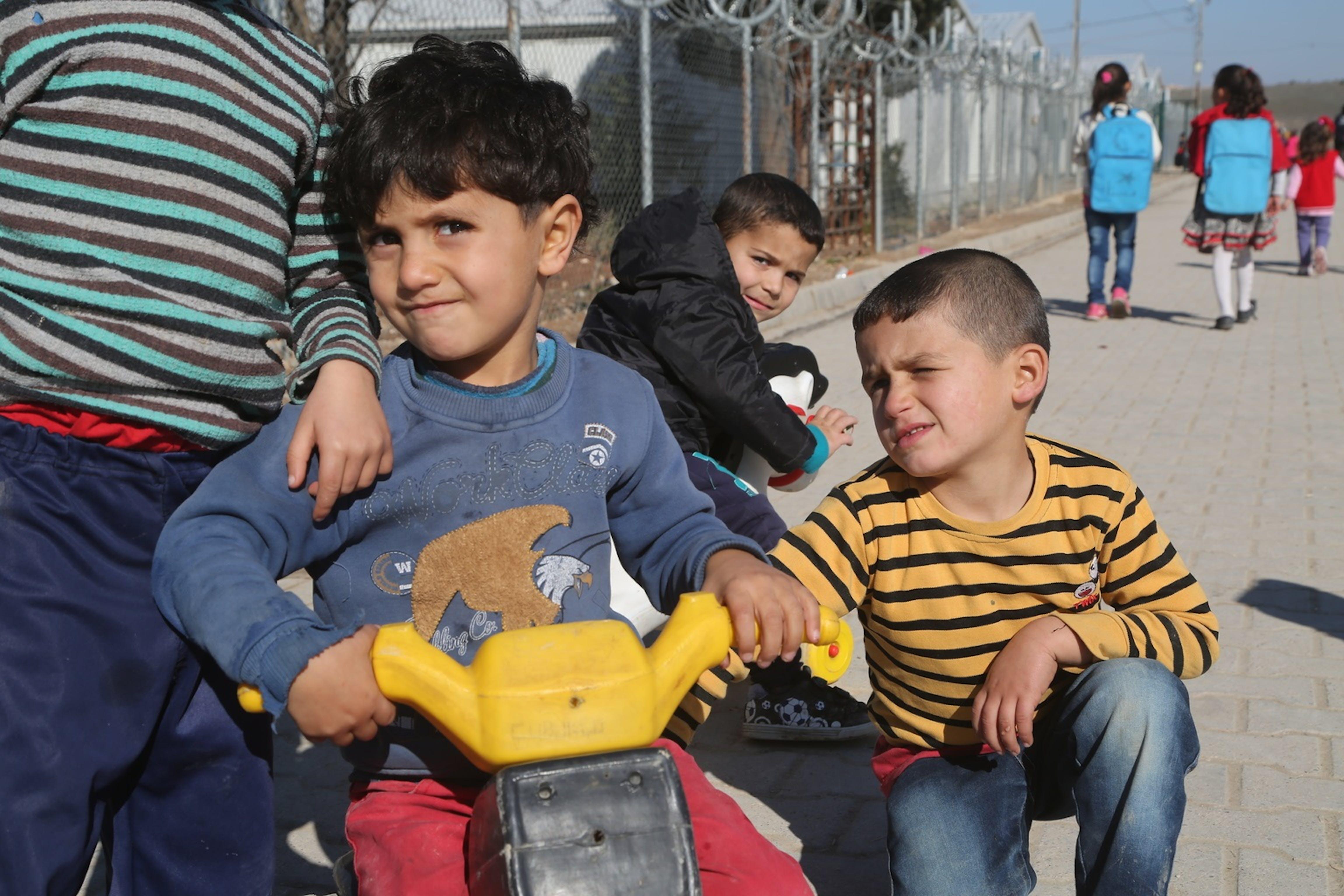 Bambini siriani nel campo profughi Nizip 1 a Gaziantep, nel sud della Turchia. In questo campo vivono circa 5.000 bambini - ©UNICEF/UN048837/Ergen