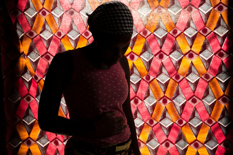 Mary vive a Bouake  (Costa d'Avorio). Ha scoperto di essere sieropositiva a 16 anni, quando è rimasta incinta del suo primo figlio. Grazie alle terapie seguite durante la gravidanza, il suo bambino è nato libero dal virus - ®UNICEF/UN042019/Menezes