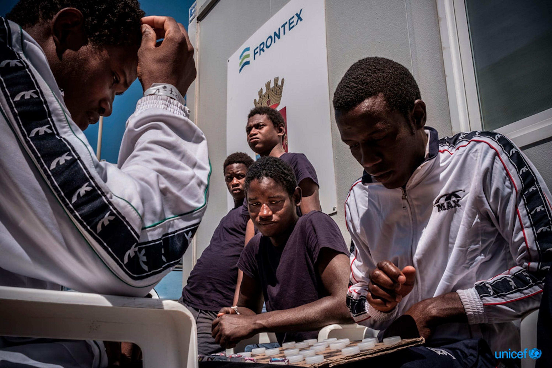 Nel 2016, il 92% dei minori che sono giunti in Italia attraverso il Mediterraneo hanno compiuto il viaggio senza adulti che li accompagnassero - ©UNICEF/UN020010/Gilbertson VII Photo