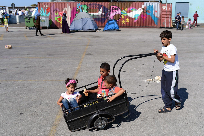 Bambini siriani giocano nell'area portuale del Pireo, ad Atene. Sono quasi 27.500 i minori rifugiati e migranti bloccati in Grecia, in attesa di conoscere il proprio futuro - ©UNICEF/UN020540/Georgiev