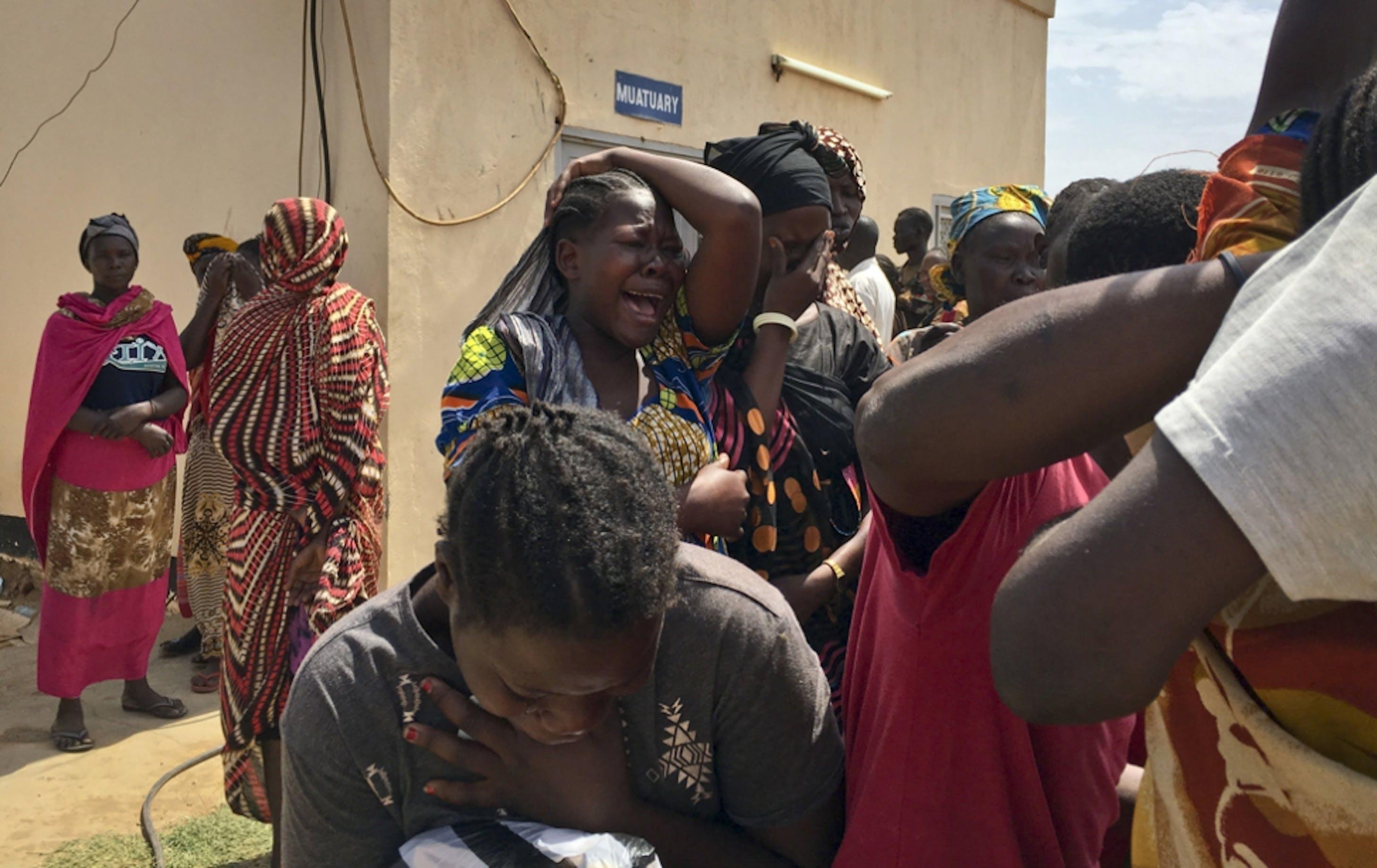 Il dolore dei familiari degli operatori umanitari assassinati all'esterno della camera mortuaria a Juba (Sud Sudan) - ©AP