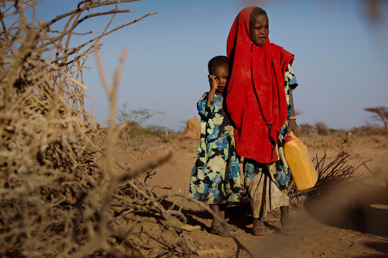 Tirig (6 anni) e la sorellina Saua vanno alla ricerca di acqua. La siccità ha ucciso il gregge su cui si basava il sostentamento della loro famiglia. Foto scattata alcuni giorni fa a Barao (Somalia) - ©UNICEF/UN057354/Holt