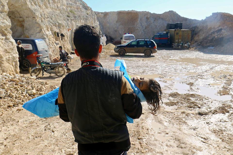 Il corpo di una bambina vittima dell'attacco a Khan Shaikhun, nei pressi di Idlib - ©Ammar Abdullah/Reuters