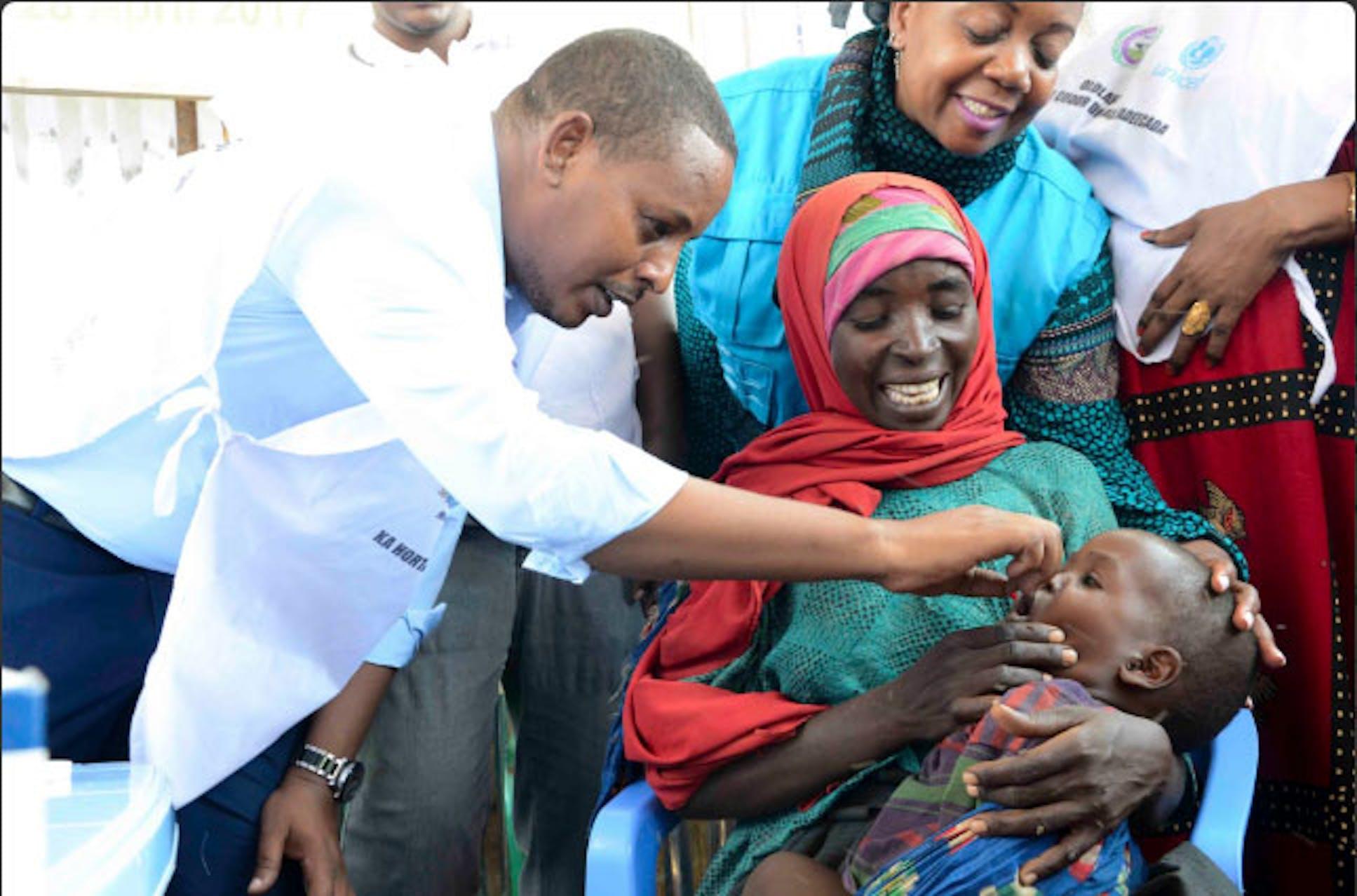 Un momento della campagna di vaccinazione a Baidoa: il ministro della Sanità della regione sud-occidentale della Somalia, Isak Alì Subak, somministra una dose di vitamina A - ©UNICEF Somalia/2017