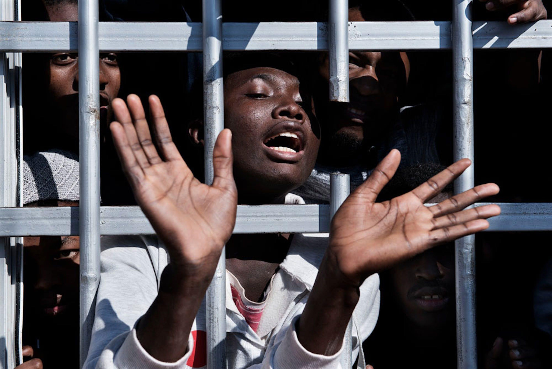 Un centro di detenzione in Libia: gli esperti dell'UNICEF che hanno potuto accedere alla struttura hanno stimato non meno di 280 tra minorenni e donne, alcune delle quali incinte. Il loro unico reato: immigrazione clandestina - ©UNICEF/UN052608/Romenzi