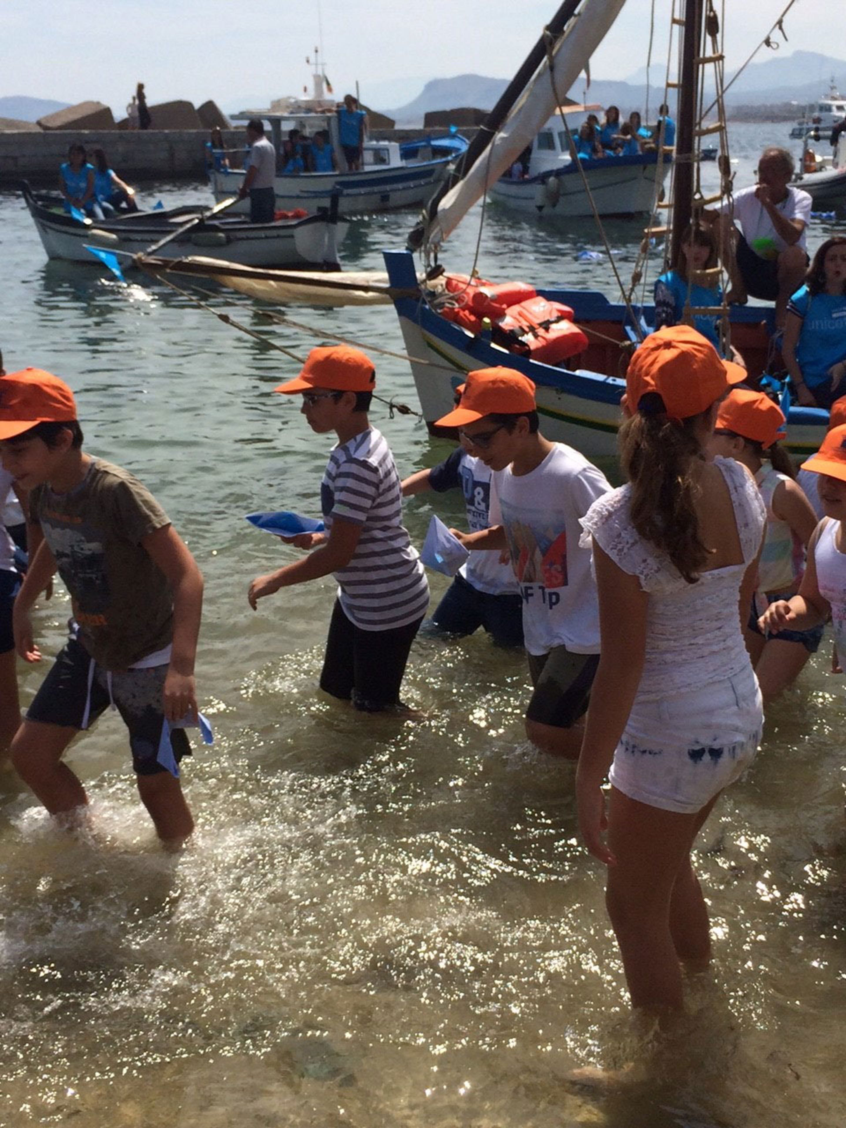 Il salvataggio simbolico delle barchette di carta sulla spiaggia di Sant'Erasmo a Palermo - ©Marta Arias/UNICEF/2017