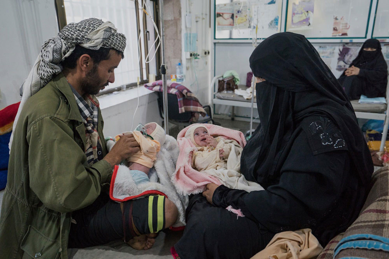 Due gemellini accuditi con l'ossigeno dai genitori nell'ospedale Al-Sabeen di Sanaa, capitale dello Yemen - ©UNICEF/UN073967/Clarke for UNOCHA