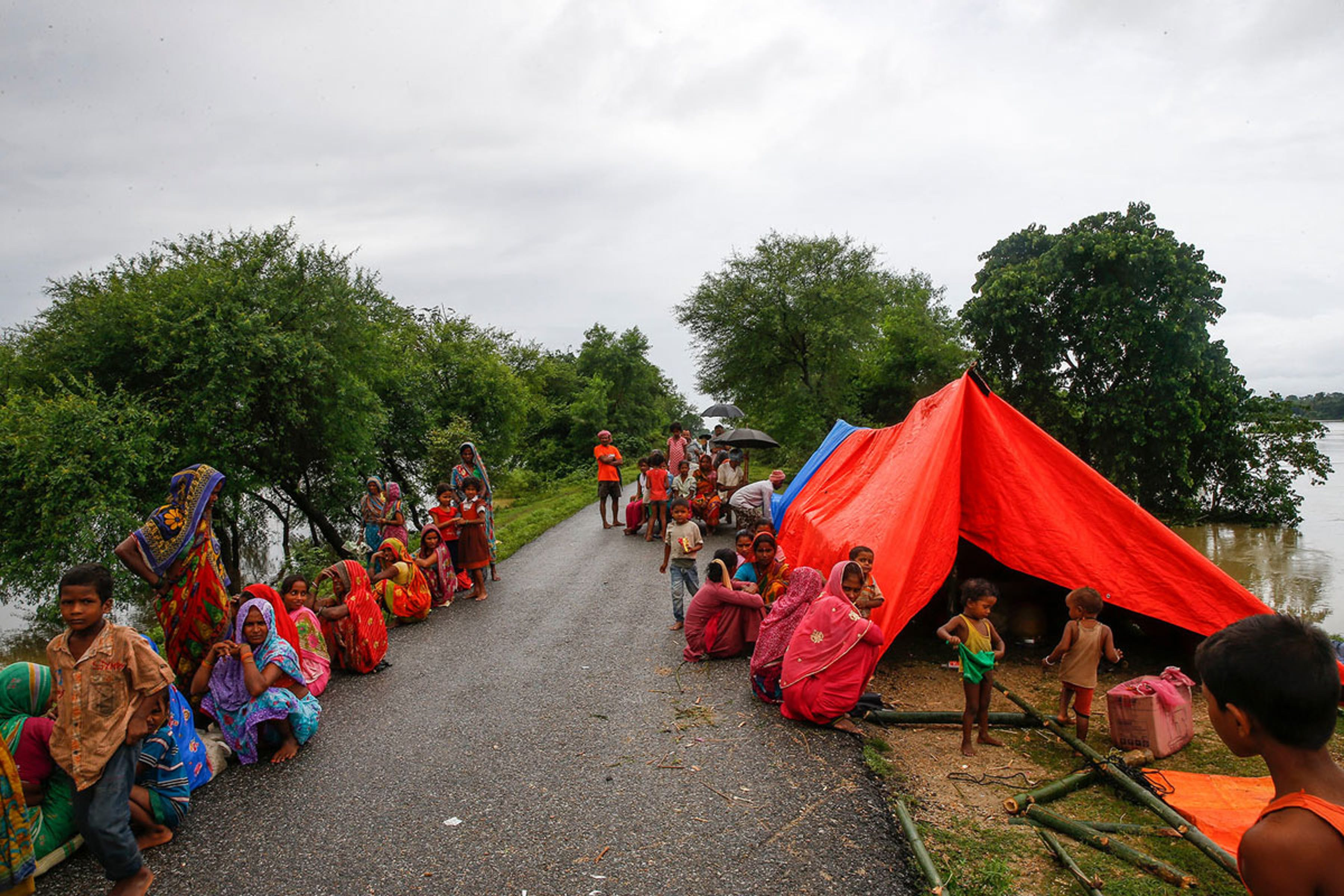 Famiglie accampate ai bordi di una strada dopo le piogge torrenziali di agosto a Kulari, un villaggio nel Nepal orientale - ©UNICEF/UN076169/Shrestha