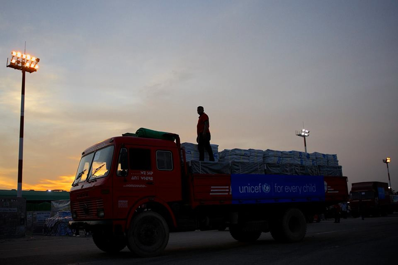 Uno dei camion che hanno trasferito il carico del volo umanitario UNICEF dall'aeroporto di Dacca alla città di Cox's Bazar - ©UNICEF Bangladesh