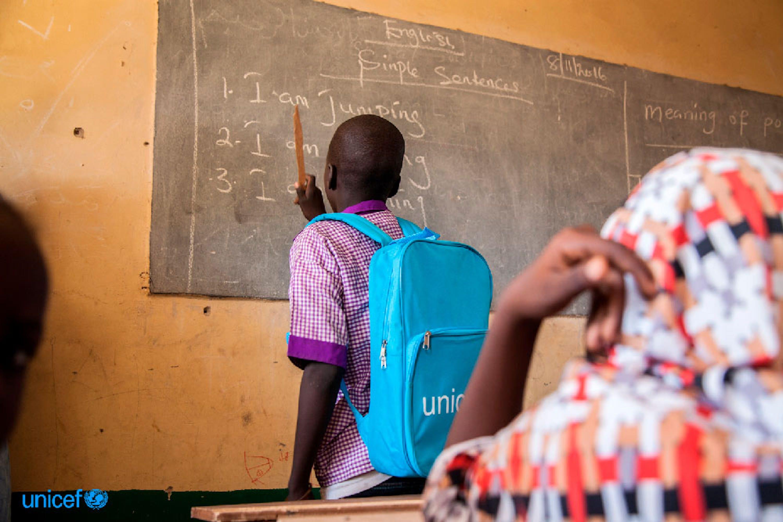 Modu, 13 anni, è un alunno di una scuola di Monguno (nello stato del Borno, nord-est della Nigeria). La scuola è finanziata dall'UNICEF - ©UNICEF/UN039586/Vittozzi