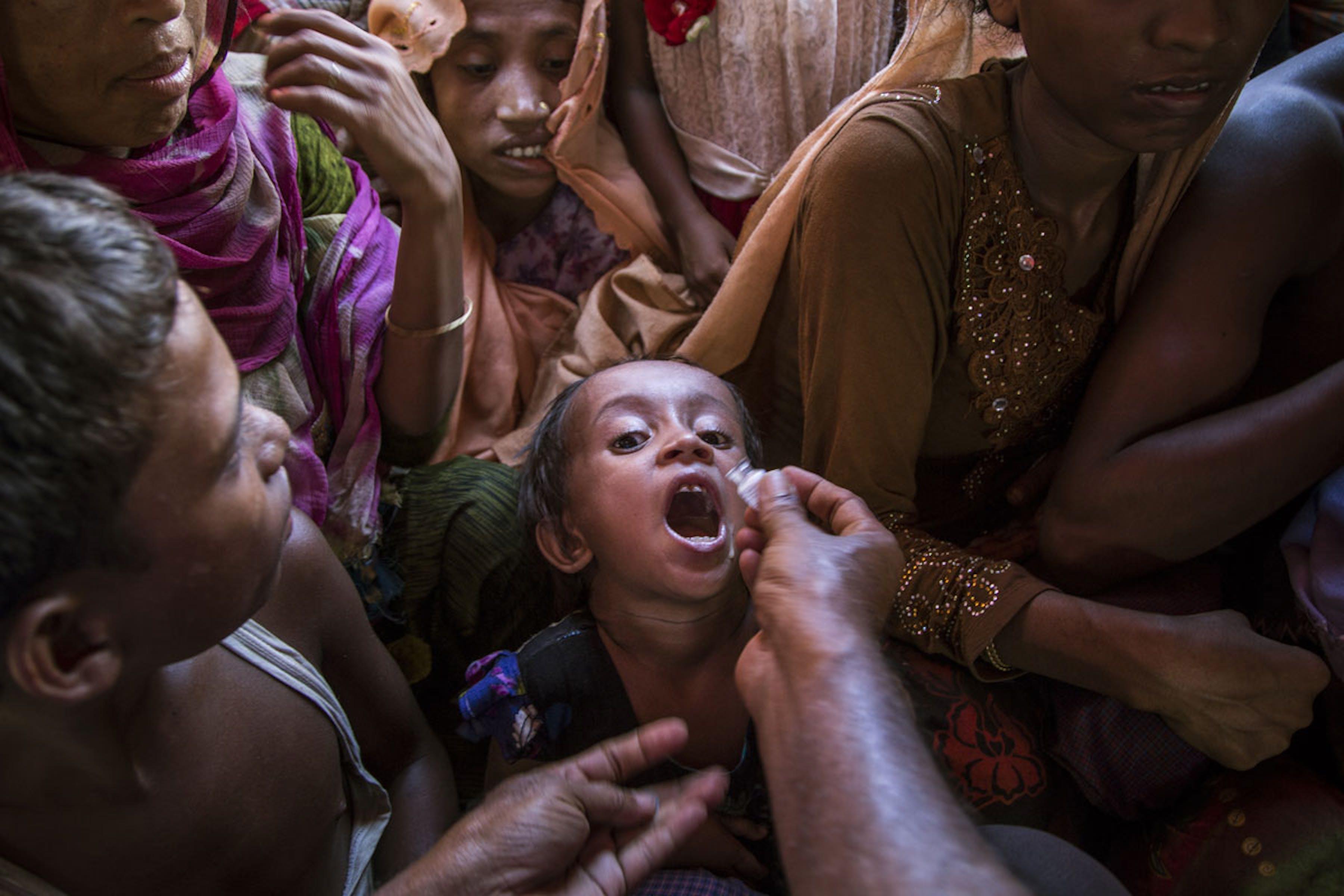 Un bambino riceve una dose di vaccino anti-colera orale nella prima giornata della campagna di prevenzione - ©UNICEF