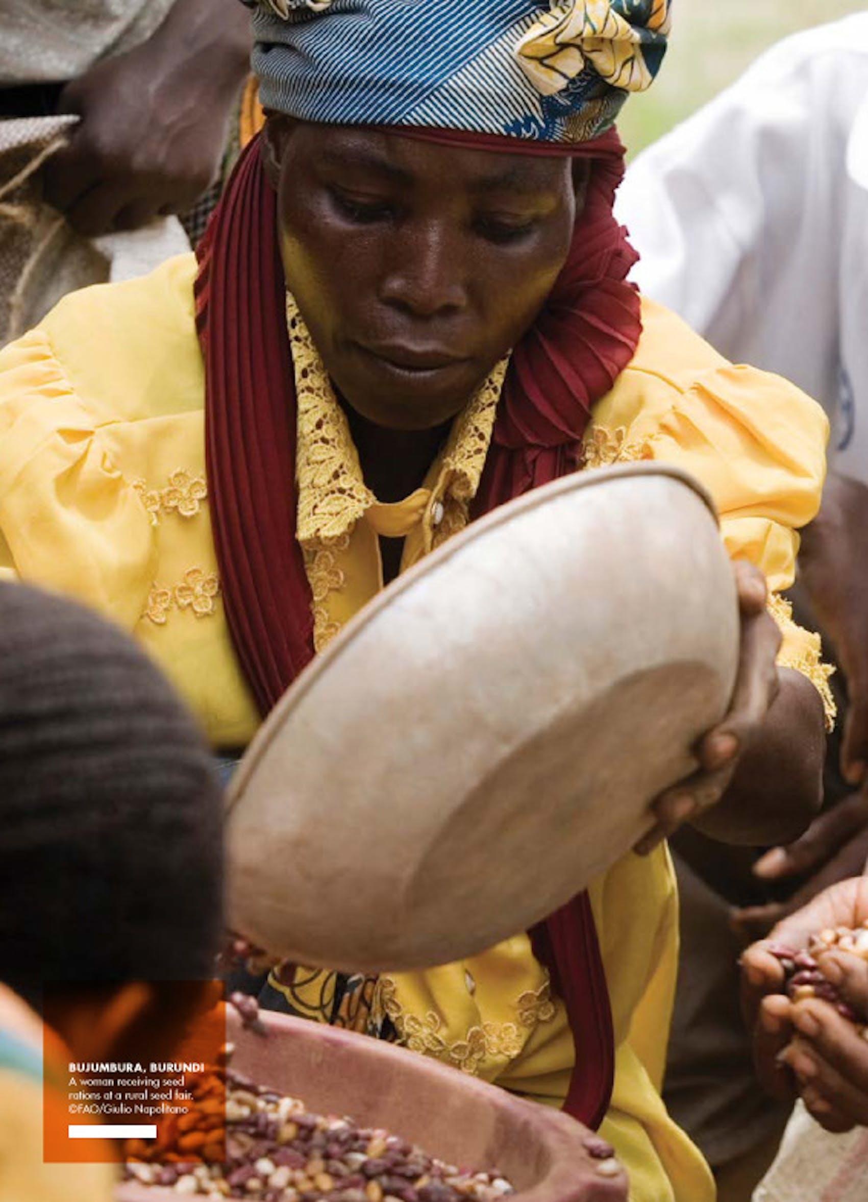 Una donna riceve una razione di semi per usi alimentare a Bujumbura (Burundi) - ©FAO/Giulio Napolitano