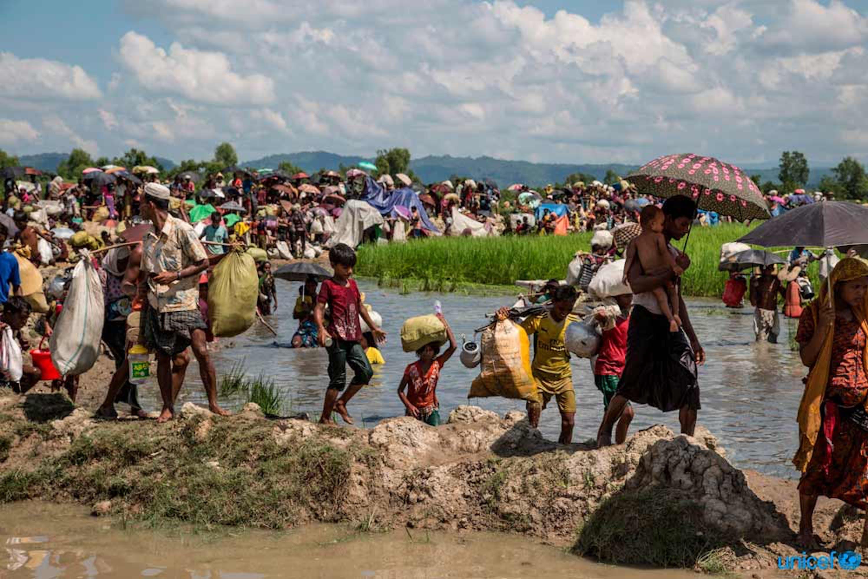 Rifugiati Rohingya attraversano il confine con il Bangladesh nel distretto di Cox's Bazar  © UNICEF/UN0136208/LeMoyne