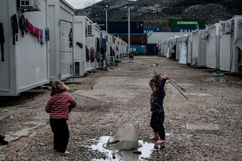Ayan (2 anni) e Hamid (4), rifugiati Yazidi provenienti dalla Siria, giocano nel campo per rifugiati di Skaramagas, nell'area portuale di Atene - ©UNICEF/UN057916/Gilbertson VII Photo