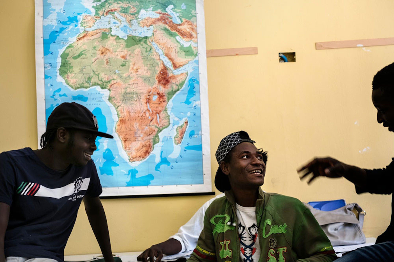Kande, 16 anni, proveniente dalla Costa d'Avorio, durante una pausa delle lezioni presso il CPIA (Centro per l'istruzione degli adulti) di Ballarò, quartiere di Palermo - ®UNICEF/UN063103/Gilbertson VII Photo