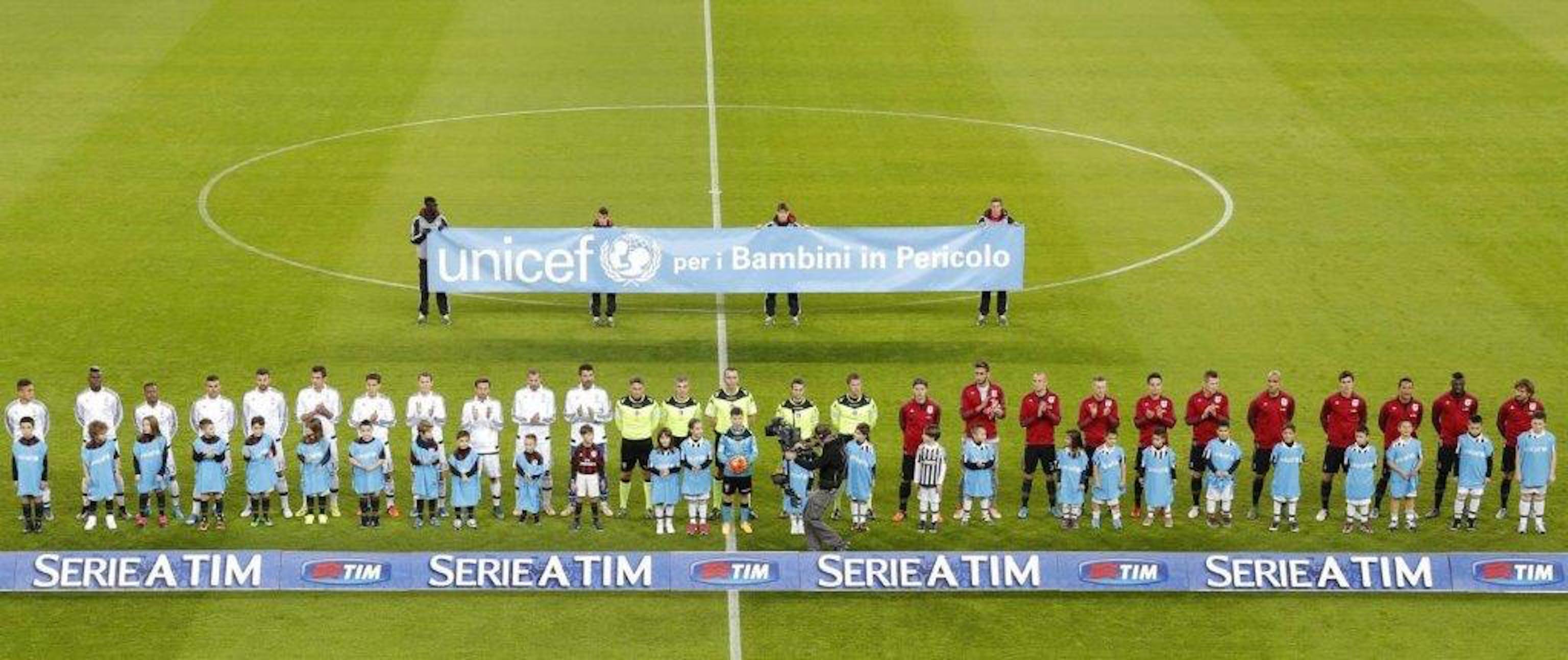 Lo striscione dell'UNICEF in uno stadio della Serie A TIM