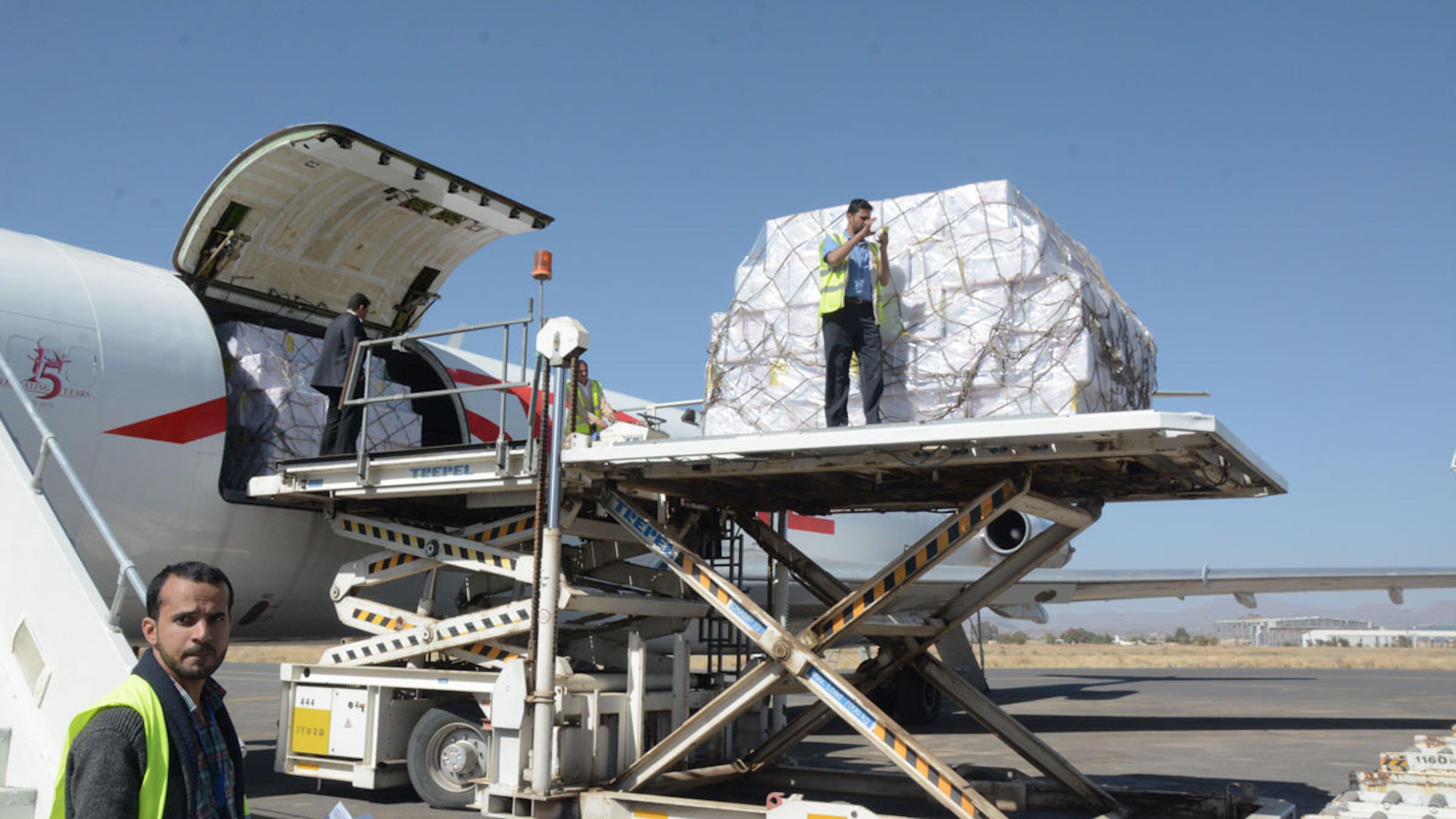 Un momento delle operazioni di scarico delle 15 tonnellate di aiuti umanitari dal cargo UNICEF all'aeroporto di Sana'a (Yemen) - ©UNICEF/2017/Ibrahim Alrawni
