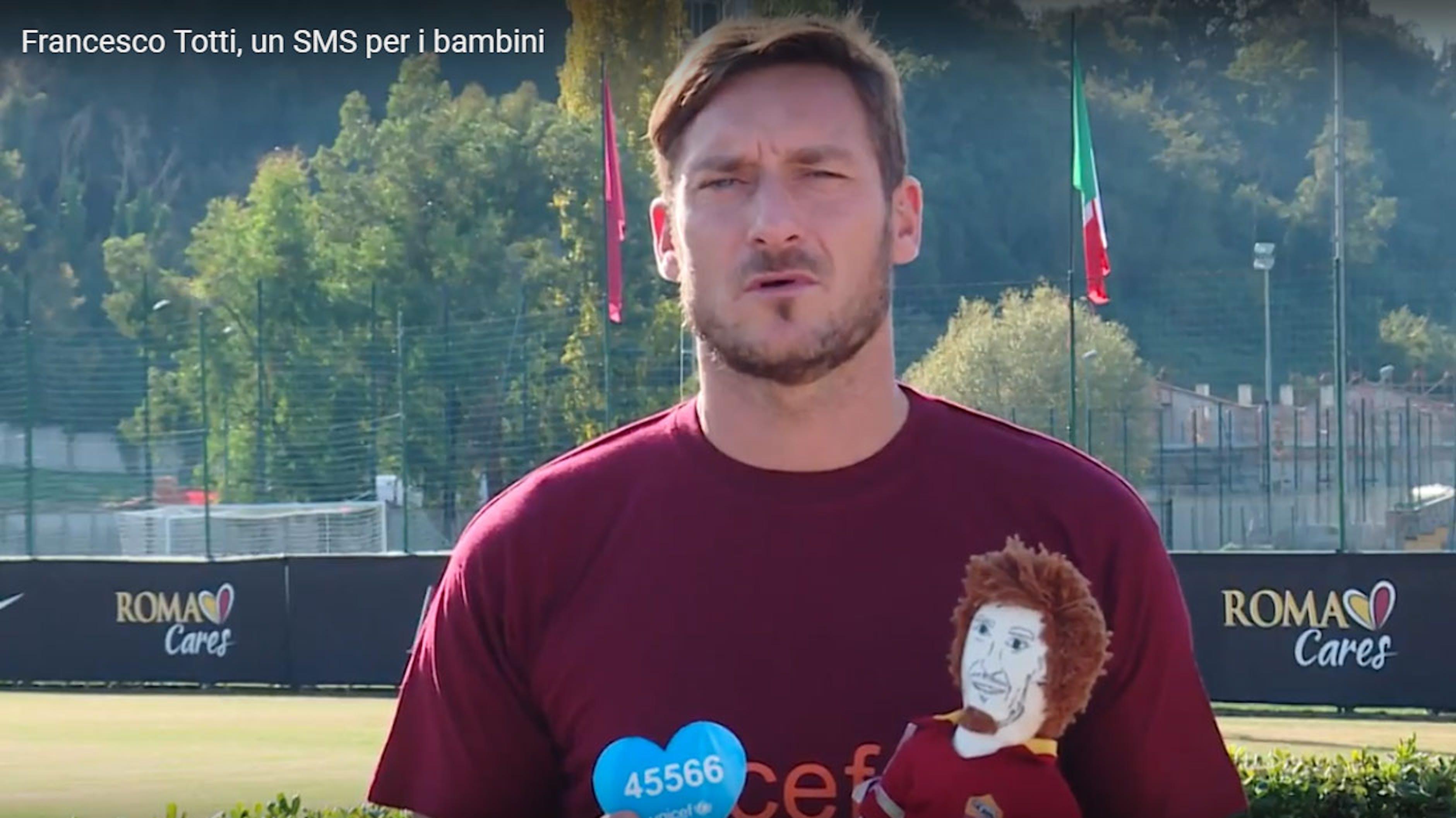 Francesco Totti con la Pigotta che porta il suo nome - ©UNICEF Italia/2017/C.Ricci