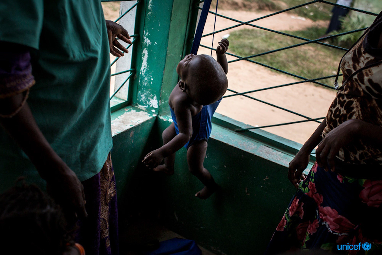 Un bambino viene  pesato in una clinica pediatrica sostenuta dall'UNICEF a Nganza, nel Kananga - © UNICEF/UN0126945/Wessels