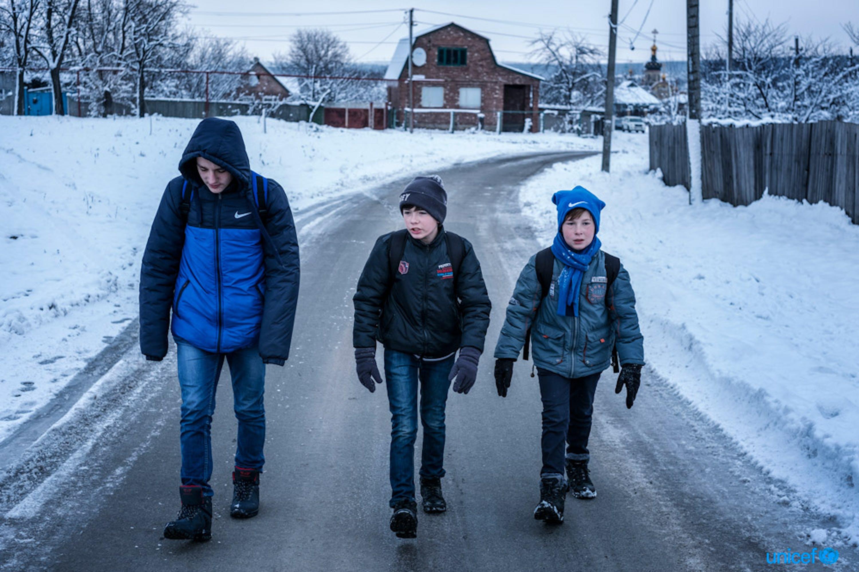 Nella città di Avdiivka, in Ucraina, tre ragazzi vanno a scuola sfidando il rischio delle mine inesplose - © UNICEF/UN0150883/Gilbertson VII Photo