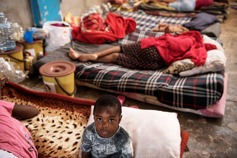 Nei centri di detenzione in Libia, come questo a Zawiya, sono migliaia i bambini con madri e gli adolescenti soli in attesa di aiuto. La loro unica colpa, avere tentato di emigrare verso l'Europa - ©UNICEF/UN077988/Romenzi