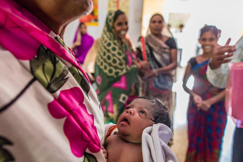 Lavani Devi tiene in braccio il suo bambino, nato da appena 8 ore nell'ambulatorio di Kachwan, un villaggio dell'Uttar Pradesh (India) - ©UNICEF/UN0126040/Vishwanathan