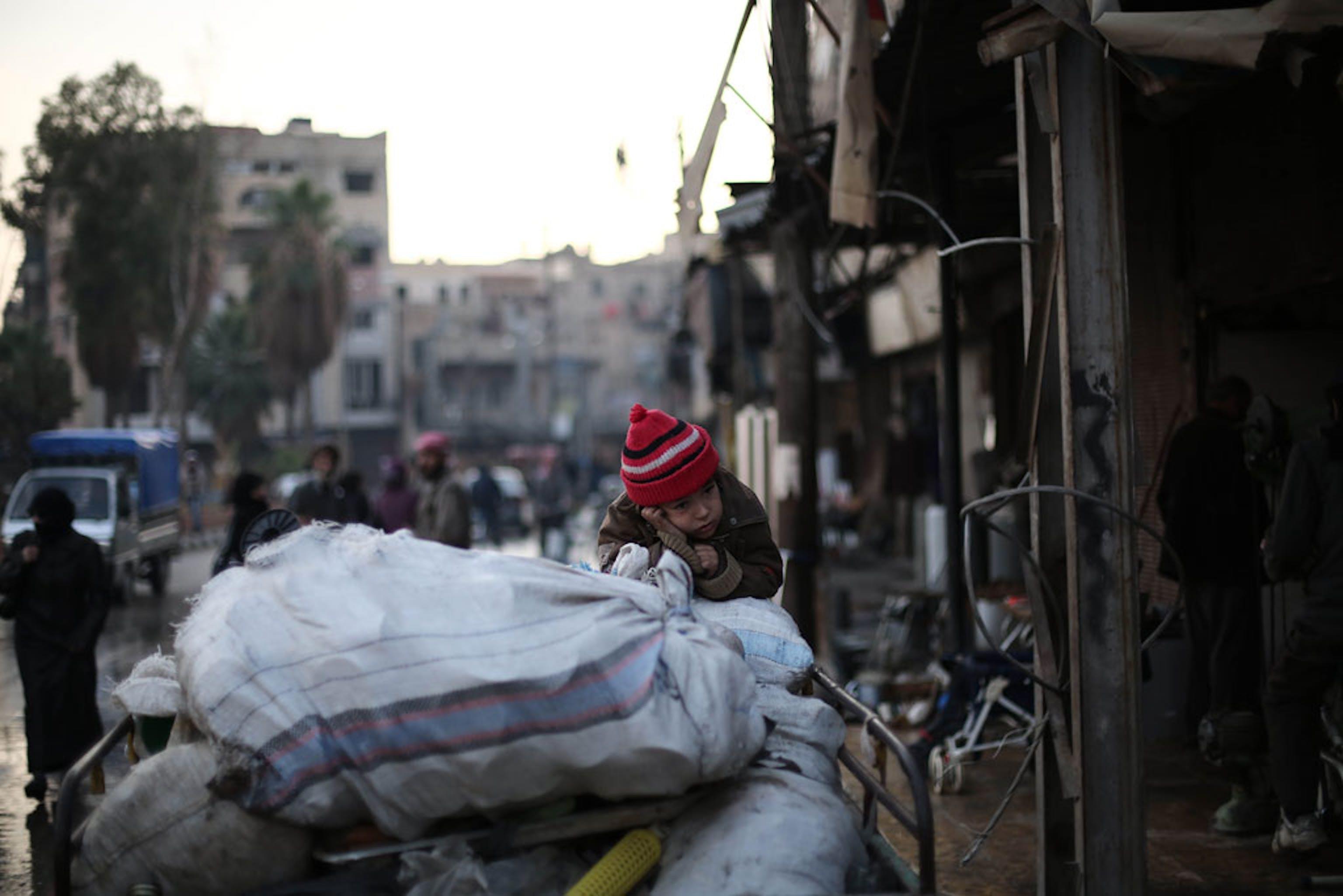 Una bambina di Ghouta (Siria) costretta con la sua famiglia a fuggire dalla sua casa a causa dei combattimenti (dicembre 2017) - ©UNICEF/Amer Al Shami
