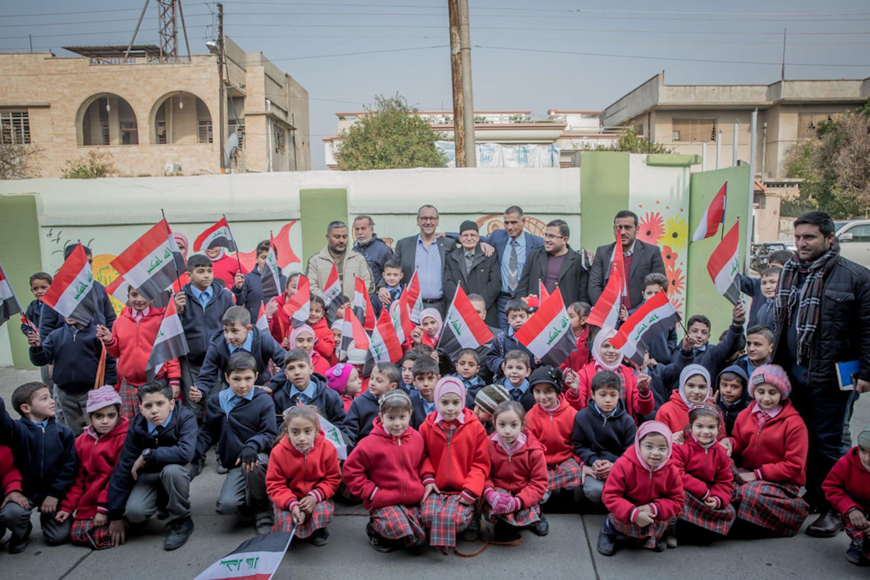 Bambini di Mosul. Fra loro anche Gert Cappelaere, il direttore UNICEF per il Medio Oriente - ©UNICEF Iraq/2018