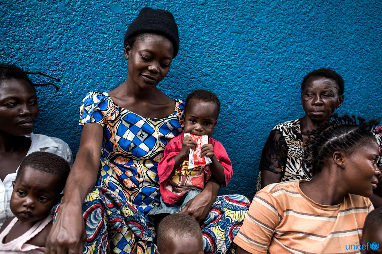 Rep. Democratica del Congo: un bambino viene nutrito con una confezione di alimento terapeutico pronto per l'uso (RUTF) In un centro sanitario sostenuto dall'UNICEF - ©UNICEF/UN0126955/Wessels