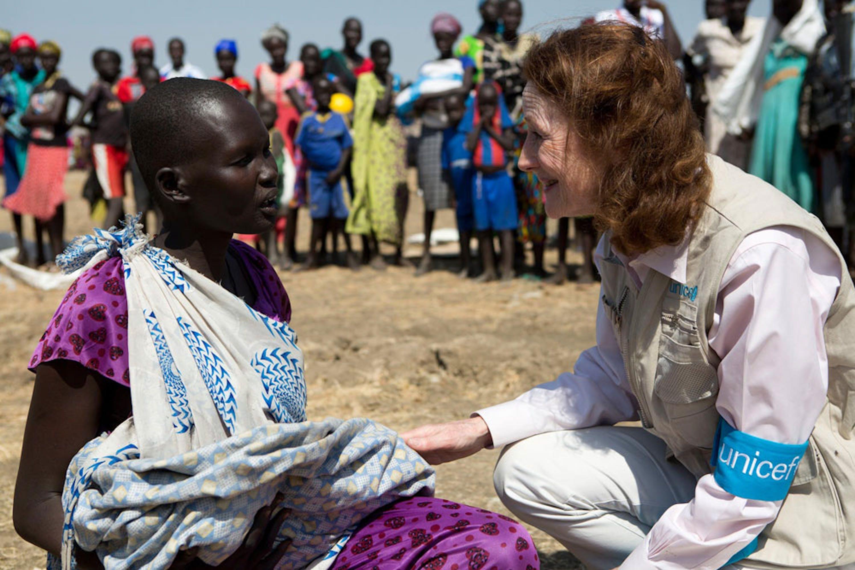 Henrietta Fore, nuovo Direttore UNICEF, parla con una giovane donna, Judjok, che ha appena ricevuto sapone e altri articoli per l'igiene durante una distribuzione organizzata dall'UNICEF a Ganyel (Sud Sudan) - ©UNICEF/UN0156708/Prinsloo