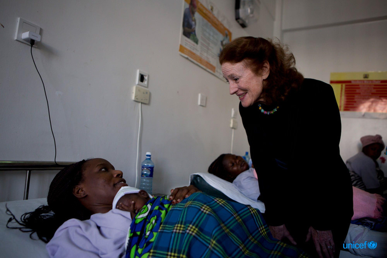 Henrietta Fore parla con Heresa, mamma del piccolo Trevor, nel reparto Maternità dell'ospedale